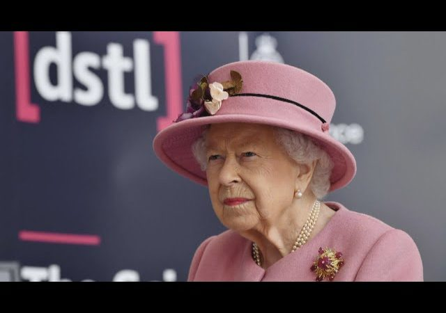 Queen makes return to public events — without a mask